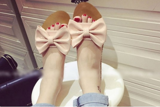 Patent bow slippers