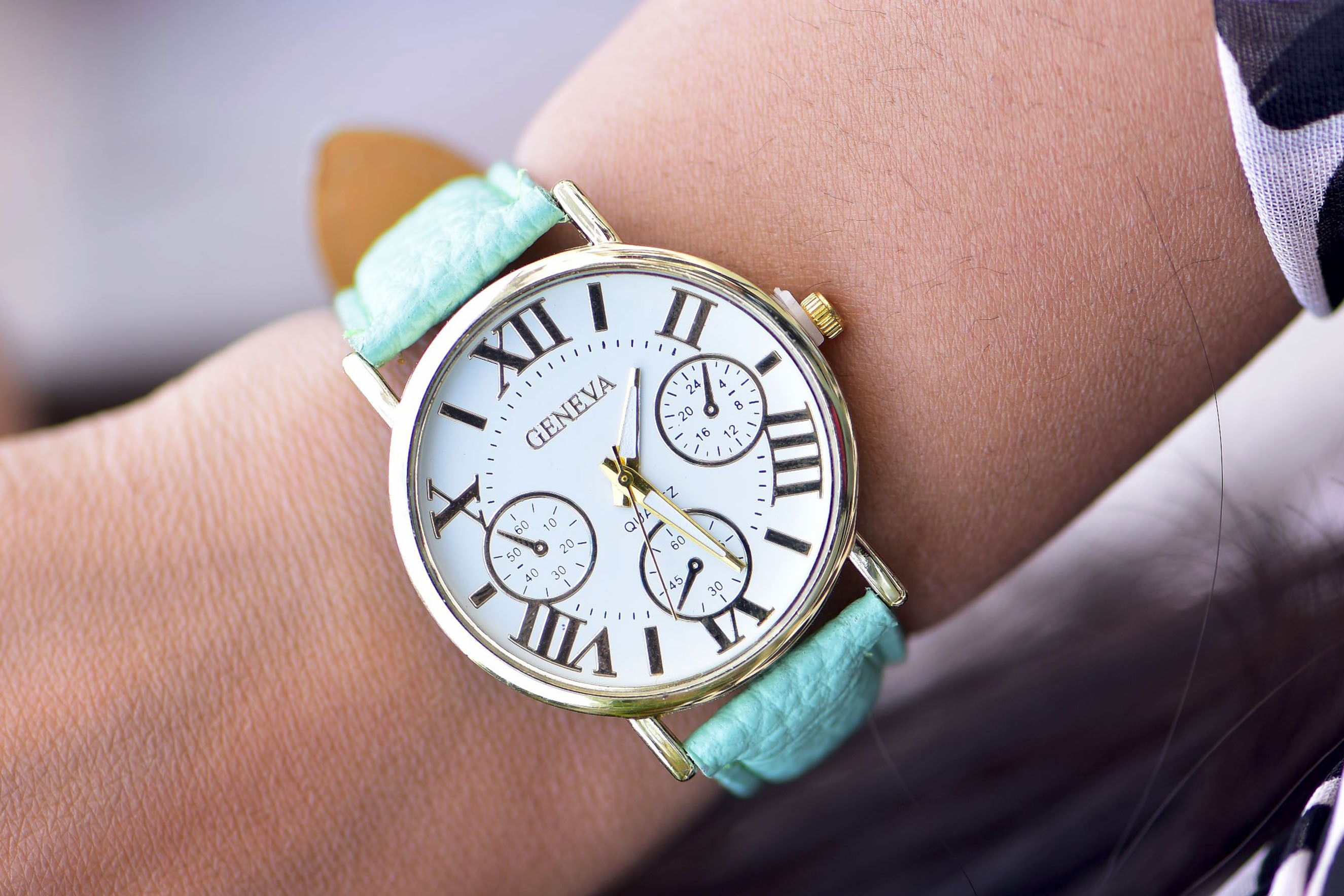 Womens - Quartz green strap watch